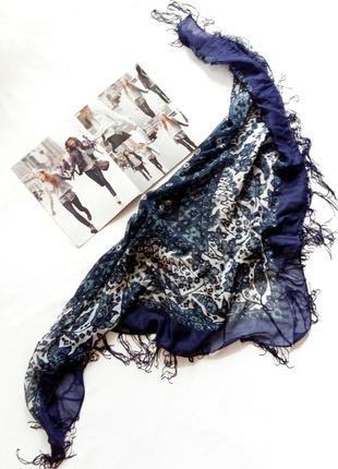 Сине-белый платок с цветочным узором benetton.