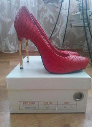 Кожаные красные туфли из порезанной кожи с золотым каблуком