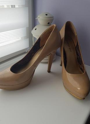 Туфли на шпильке цвета нюд