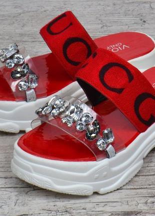Шлепанцы женские спортивные красные с камнями на платформе5 фото