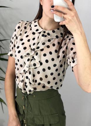 Нежная нюдовая блуза в горох с рюшами