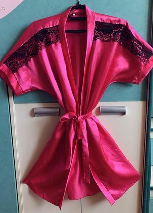 Малиновый атласный халат.