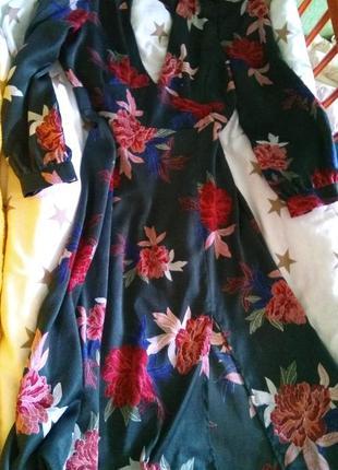 Торг) изумрудное шелковое миди платье в цветы с разрезом и вырезом на спине бренд манго