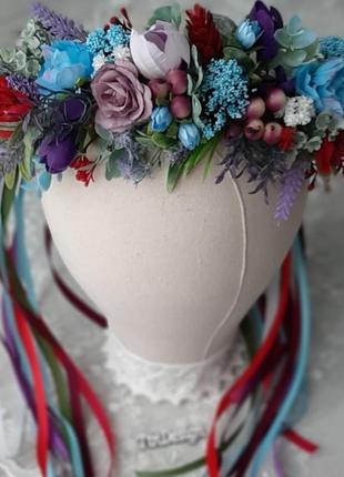 Венок на голову в фиолетовых и голубых цветах с лентами