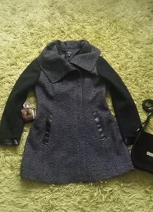 Оригинальное демисезонное женское пальто со вставками из эко-кожи