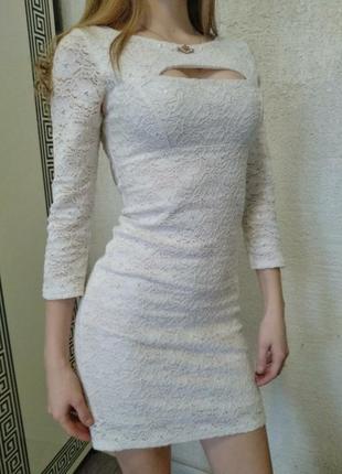 Белое приталенное кружевное платье , на груди вырез