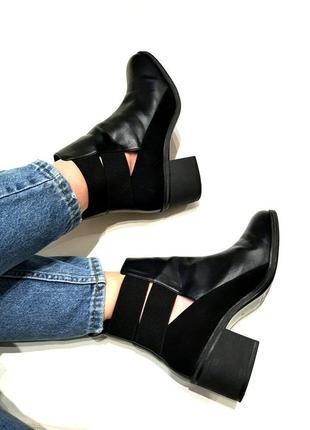 Полусапожки ботинки на среднем каблуке с вырезами и эластичной вставкой от bershka