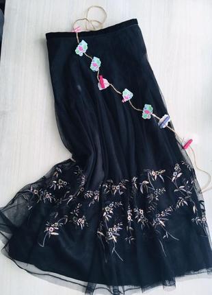 Бомбезная актуальная юбка миди с вышивкой