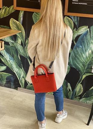 Красная войлочная сумка