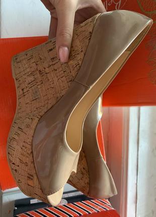 Лаковые туфли на танкетке с открытым носком bellisimo