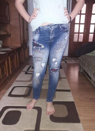 Классные джинсы с деккором