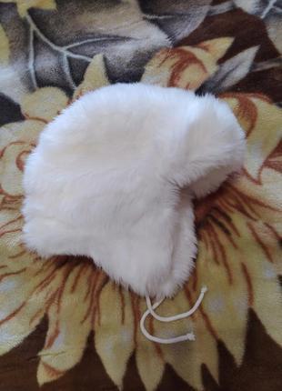 Белая шапка меховая ушанка