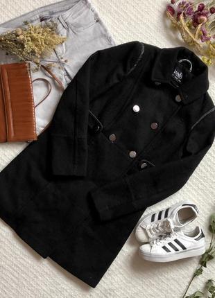 Чёрное демисезонное пальто в классическом стиле