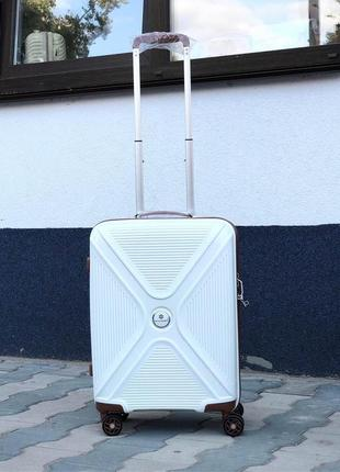 Стильная ручная кладь из полипропилена белого цвета/стильна валіза з поліпропілену