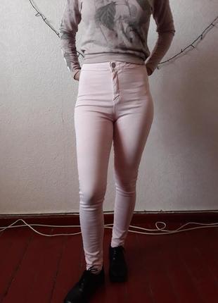 Розовые джинсы на высокой талии