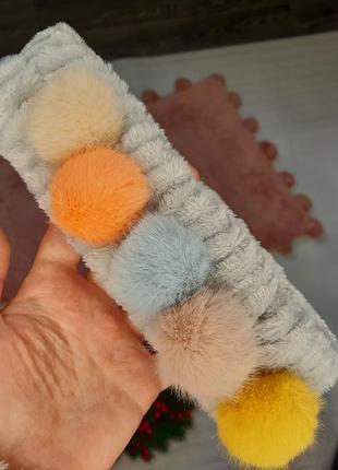 Самая мягкая и нежная плюшевая серая повязка для волос с меховыми шариками