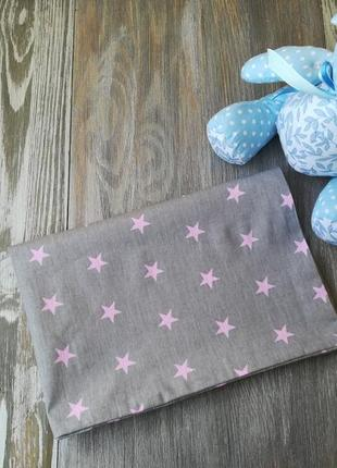 Наволочка розовые звездочки на сером фоне с запахом, на детскую подушку  60 *40 см