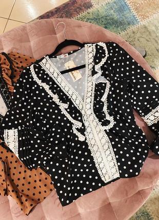 Стильная блуза с рюшами в горох в наличии