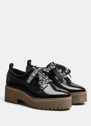 Туфли-дерби на платформе из лакированной эко кожи bershka