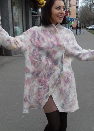 Легкое валяное пальто-кардиган.
