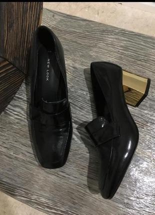 Туфли лоферы , самая актуальная модель весны .