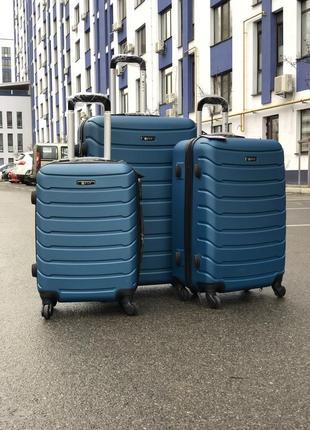 Комплект чемоданов из противоударного пластика