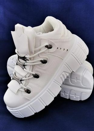 Женские кроссовки на танкетке