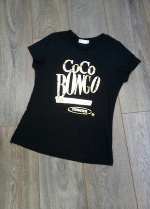 Черная трикотажная с золотым принтом футболка