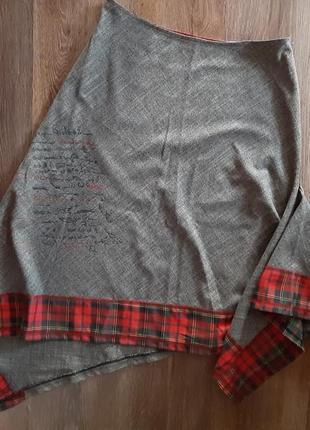 Женская юбка украшена манжетом в клетку