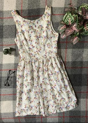 Нежное весеннее летнее платье с цветочными принтом цвета слоновой кости