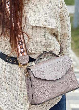 Продам кожаную сумочку с ярким ремнем цвета таупе