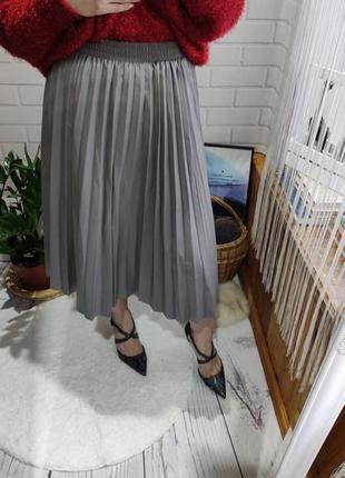 Трендовая кожаная плисерованая миди юбка