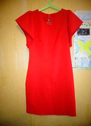 Эфектное красное платье на выпускной.