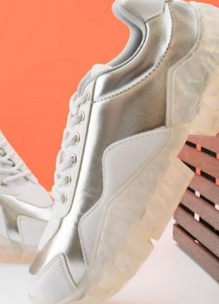 Женские кроссовки с серебристой вставкой