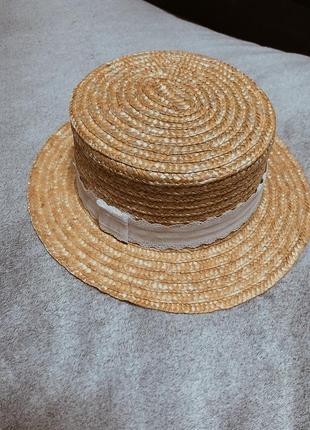 Соломенная шляпка с кружевной лентой