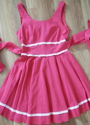 Яркое летнее платье с вырезом на спине и бантом