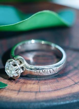 Кольцо в стиле damiani белое золото с бриллиантом