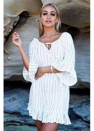 Короткое белое в тонкую полоску платье