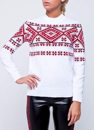Вязаный теплый свитер, джемпер с красным традиционным орнаментом