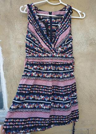 Красивущее платье короткое, с крутым вырезом, плаття, сукня