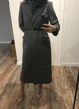 Длинное серое пальто с поясом