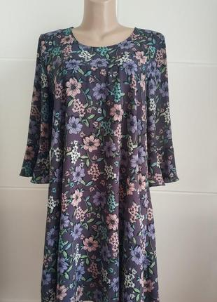 Платье летящего кроя  tu с принтом красивых цветов, на подкладке.