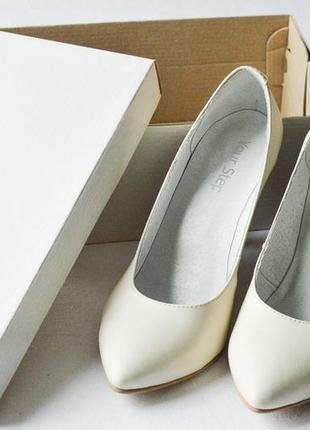 Кожаные женские туфли белого цвета, каблук 9 см