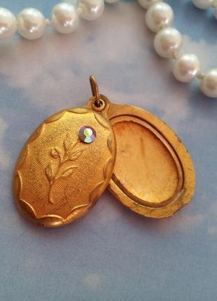 """Кулон-медальон """"роза"""" латунный в позолоте с кристаллом аврора бореалис"""