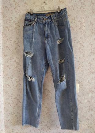 Голубые рваные джинсы с цепью