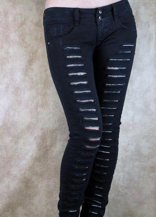 Черные рваные джинсы с кристаллами met