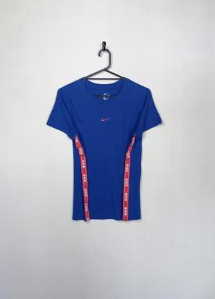 Nike гарна жіноча спортивна футболка, з боковими лампасами.