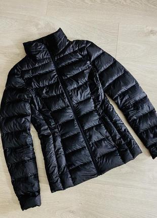 Пуховая черная курточка.