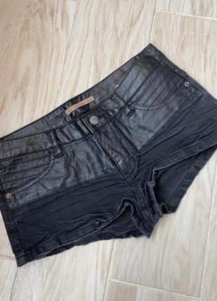 Джинсовые шорты с кожаными вставками