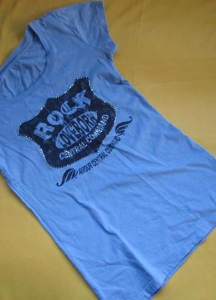 Фирменная футболка с камушками на рисунке